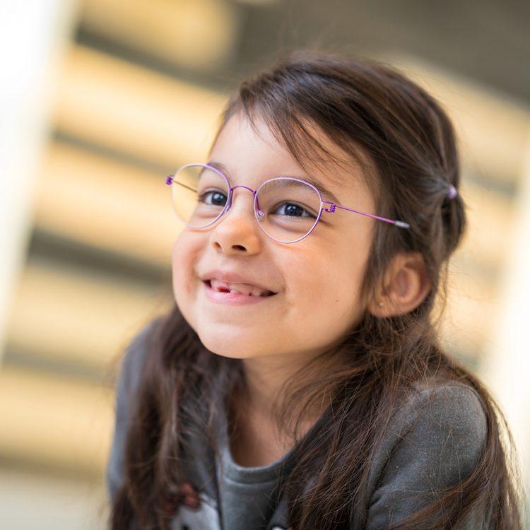 Jundes Mädchen mit Kinderbrille