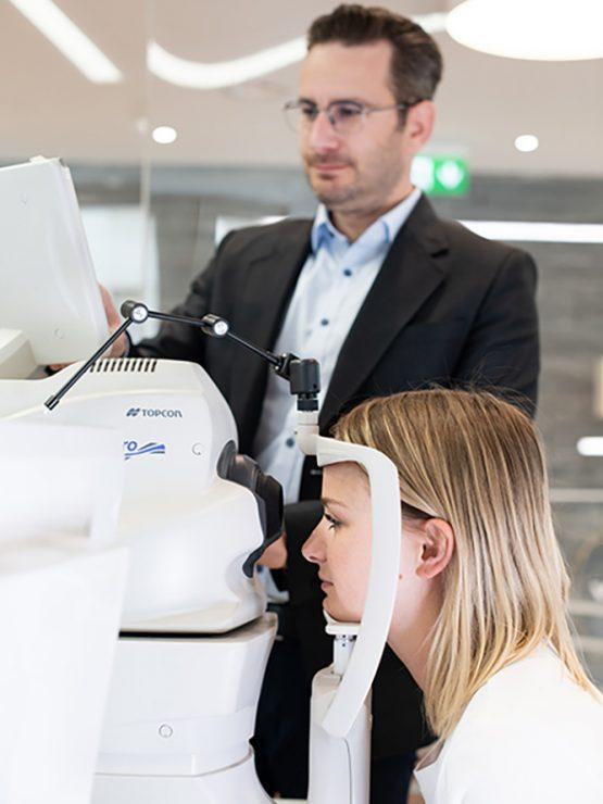Frau bei Optometristen zur Sehanalyse