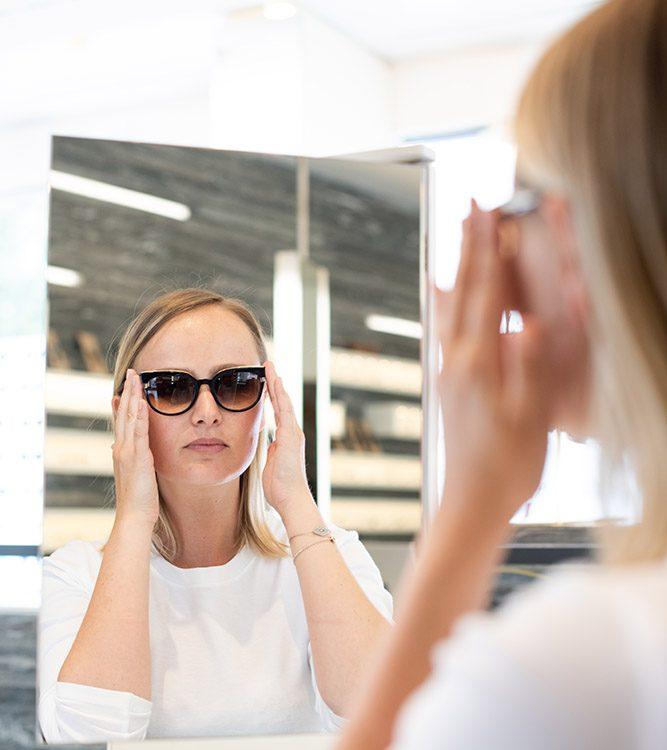 Frau probiert Sonnenbrille an